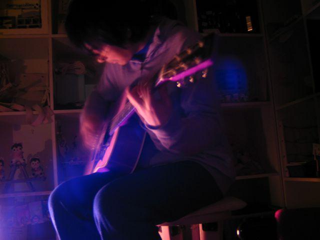 「AURA」:ギターを弾くは、アニュウリズム君。